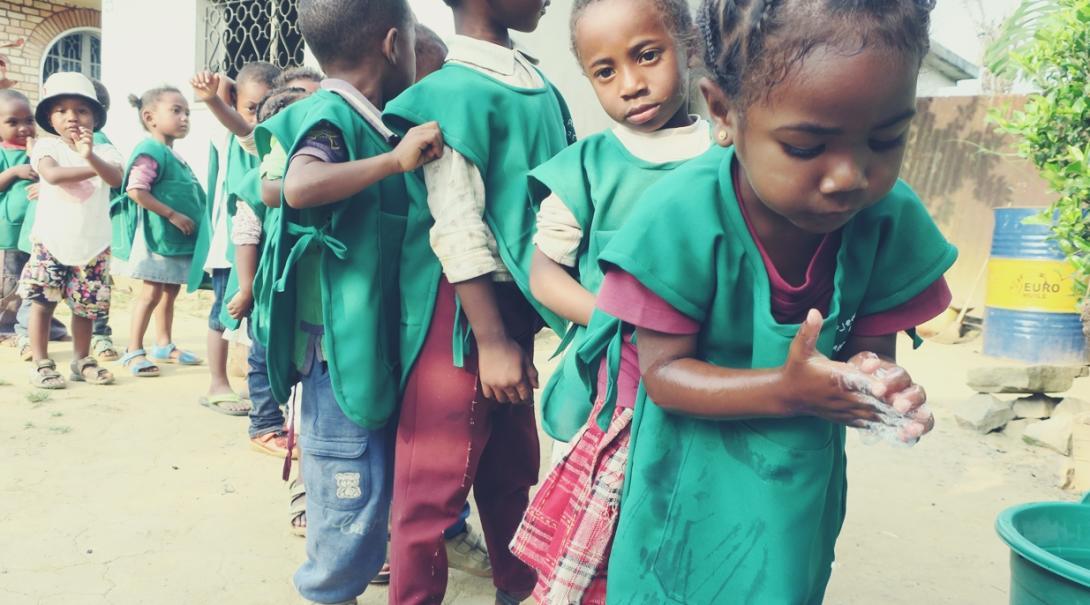 手洗いに励むアフリカの子供たち